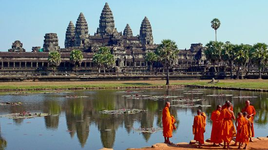 Monks_at_Angkor_Wat